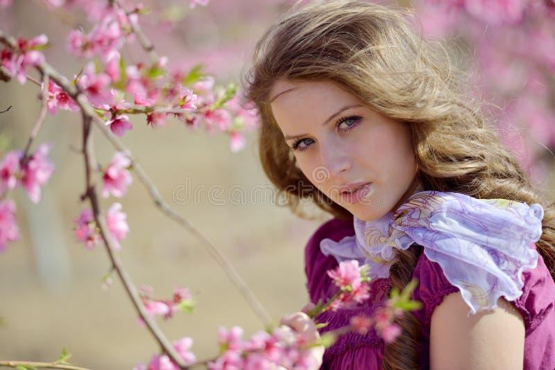 Download Portrait De Jeune Femme Extérieur Au Printemps Image stock - Image du attrayant, heureux: 56477777