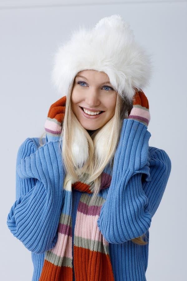 Portrait de jeune femme heureuse à l'hiver photographie stock libre de droits
