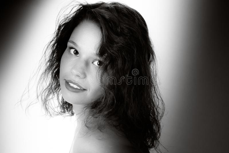 Portrait de jeune femme heureuse au-dessus du fond blanc dans l'image blanche de rétro noir de cru du tir de studio par le photog photographie stock