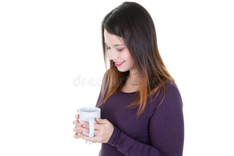 Portrait de jeune femme heureuse avec la tasse de café regardant en bas de la fille songeuse images libres de droits