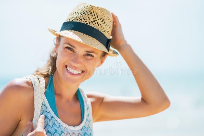 Portrait de jeune femme heureuse dans le chapeau sur la plage photo libre de droits