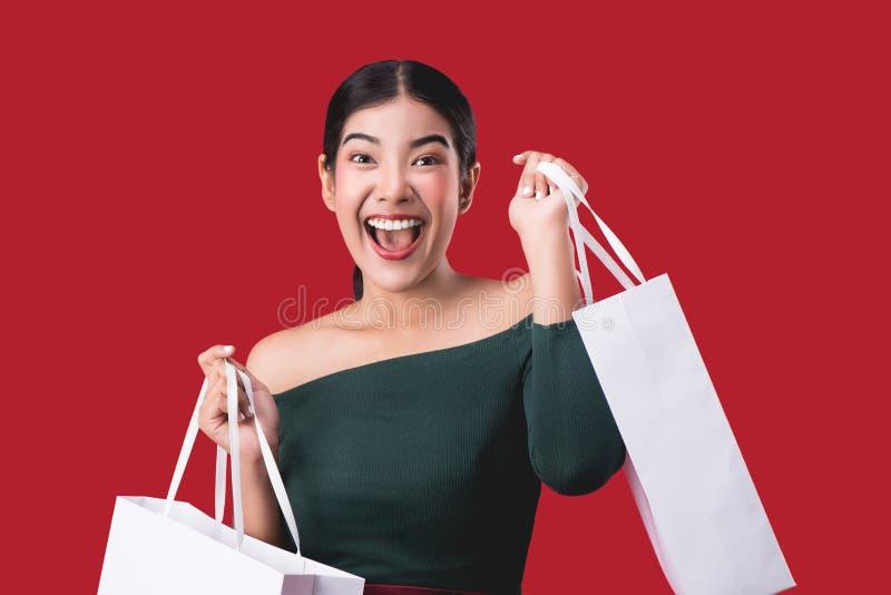 Portrait de jeune femme heureuse posant avec des paniers image libre de droits