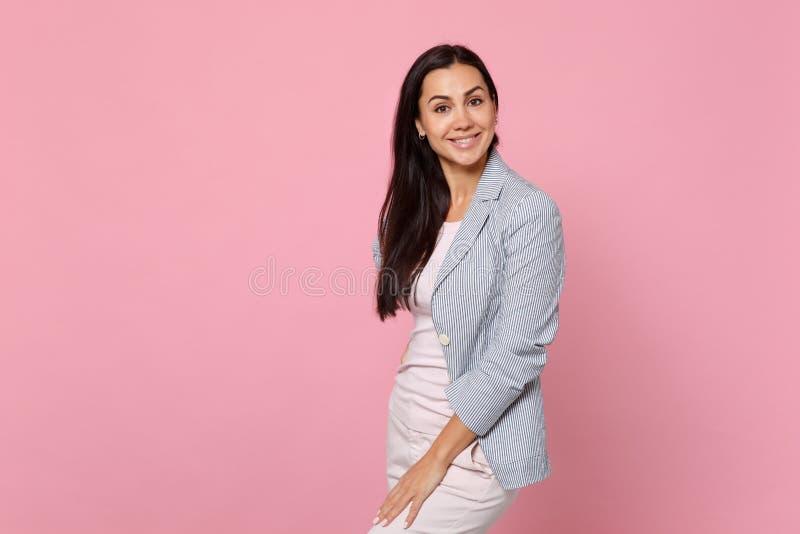 Portrait de jeune femme joyeuse de sourire dans la position rayée de veste et de caméra de regard d'isolement sur le mur en paste photo libre de droits