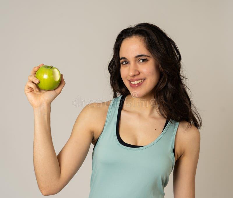 Portrait de jeune femme latine de forme physique heureuse avec la pomme apr?s la formation de s?ance d'entra?nement photos stock