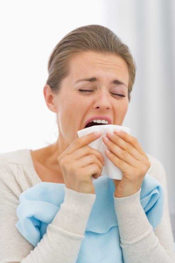 Portrait de jeune femme malade éternuant photos stock