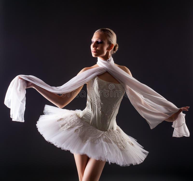 Portrait de jeune femme mignonne posant comme la ballerine photographie stock libre de droits