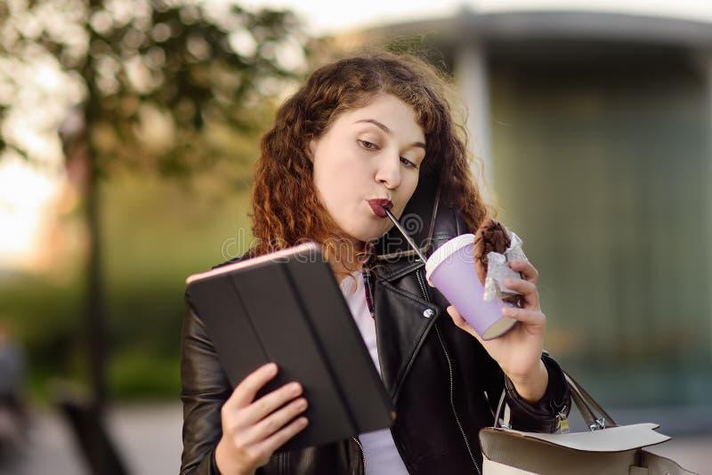 Portrait de jeune femme occupée dans la grande ville photographie stock libre de droits