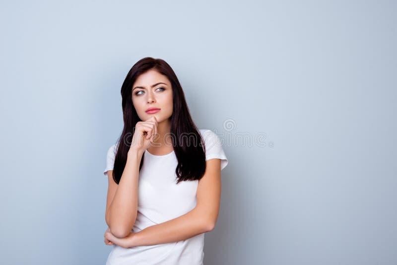 Portrait de jeune femme occupée dans le T-shirt blanc touchant son chi photo libre de droits