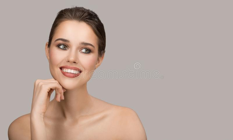 Portrait de jeune femme Peau propre parfaite et beau sourire photos libres de droits