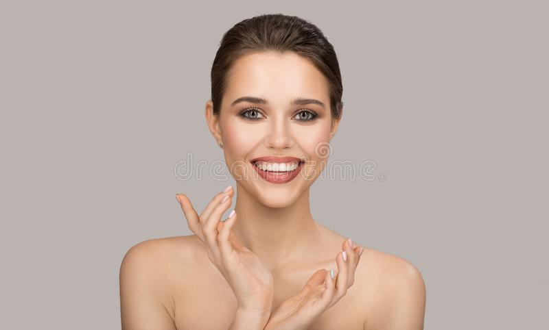 Portrait de jeune femme Peau propre parfaite et beau sourire photos stock