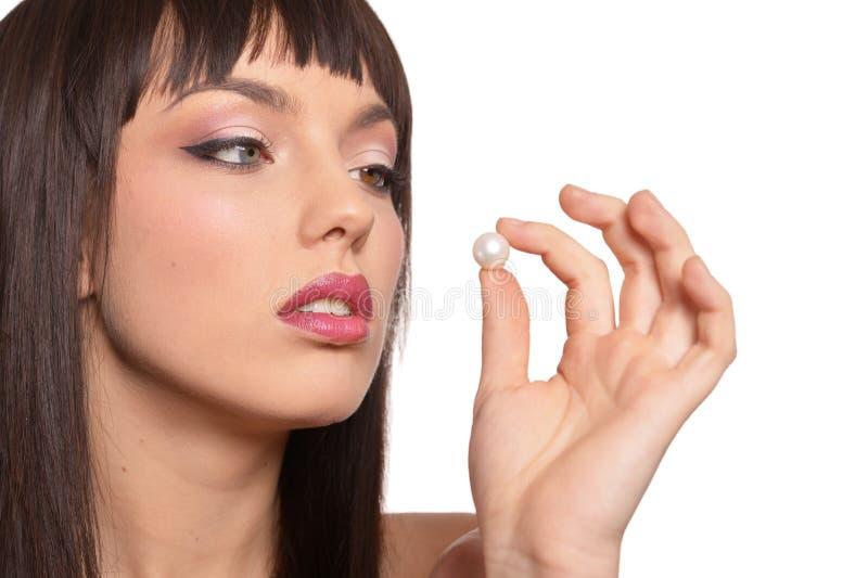 Portrait de jeune femme posant avec la perle photographie stock