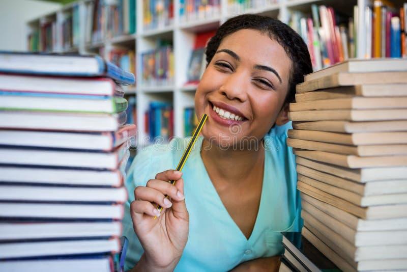 Portrait de jeune femme réfléchie dans la bibliothèque images stock