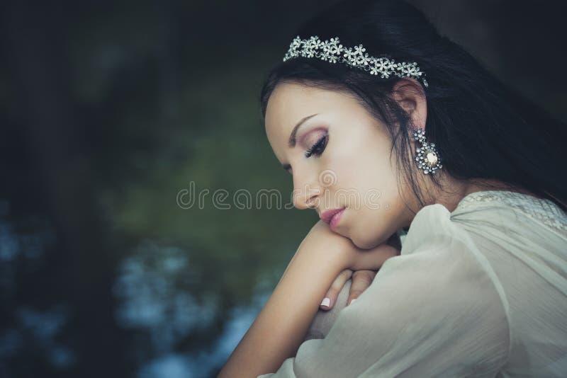 Portrait de jeune femme romantique de style avec la décoration de cheveux par l photos libres de droits