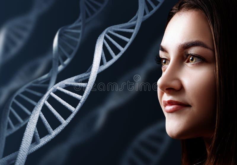 Portrait de jeune femme sensuelle parmi des chaînes d'ADN photographie stock libre de droits