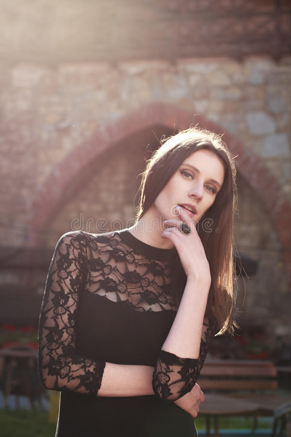 Portrait de jeune femme sensuelle posant à la ville en été image libre de droits