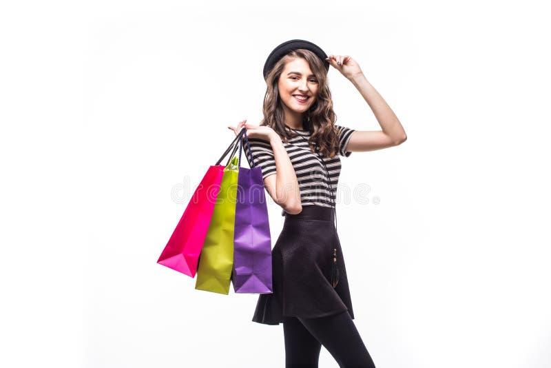 Portrait de jeune femme shopaholic avec beaucoup de paniers d'isolement sur le fond blanc photo stock