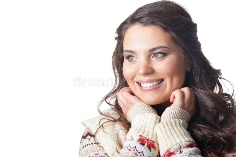 Portrait de jeune femme sortie avec les cheveux fonc?s de lond d'isolement photos libres de droits