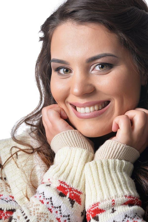 Portrait de jeune femme sortie avec les cheveux fonc?s de lond images stock