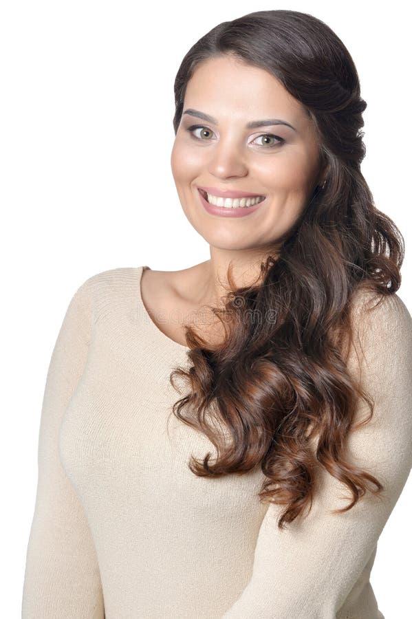 Portrait de jeune femme sortie avec de longs cheveux fonc?s sur le fond blanc photos libres de droits
