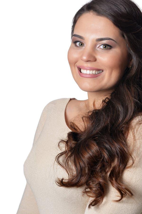 Portrait de jeune femme sortie avec de longs cheveux fonc?s sur le fond blanc images libres de droits