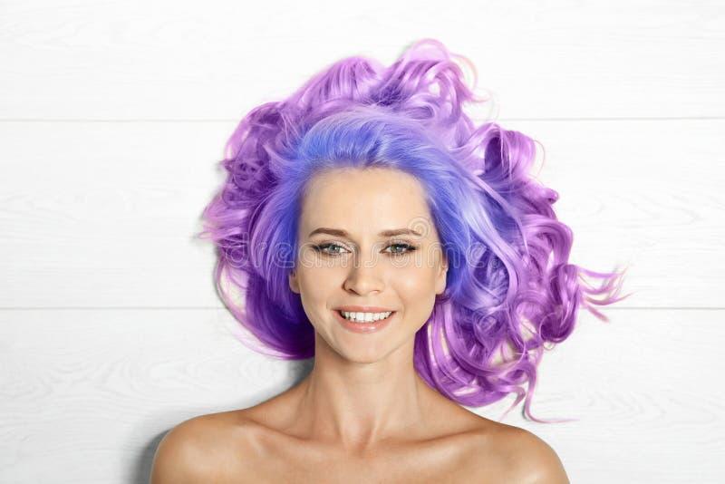 Portrait de jeune femme de sourire avec de longs cheveux bouclés teints images libres de droits
