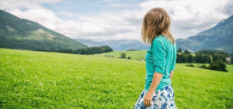 Portrait de jeune femme sur le champ vert photos libres de droits