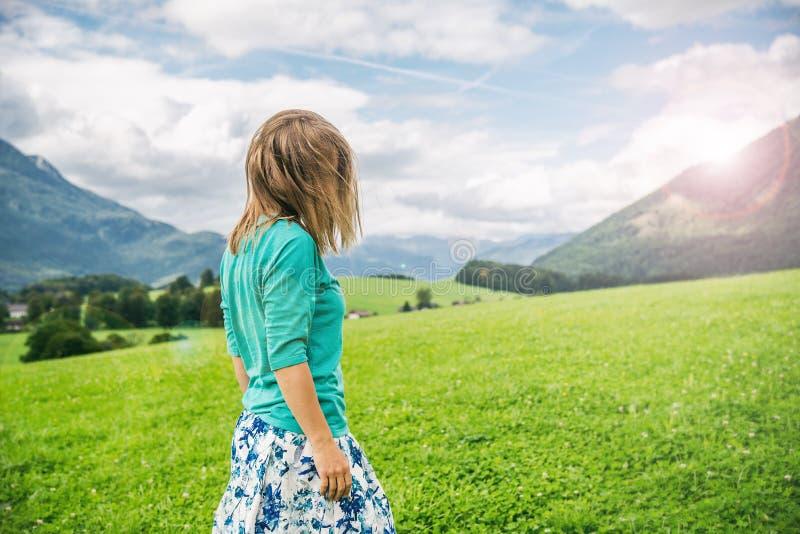Portrait de jeune femme sur le champ vert photo libre de droits
