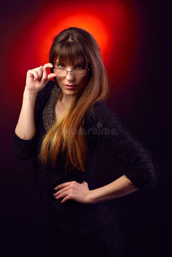 Portrait de jeune femme tenant des lunettes image libre de droits