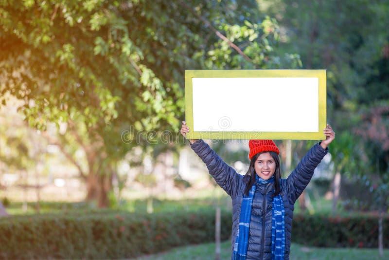 Portrait de jeune femme tenant le cadre photo stock