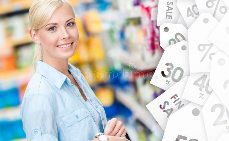 Portrait de jeune fille à la boutique en vente image libre de droits