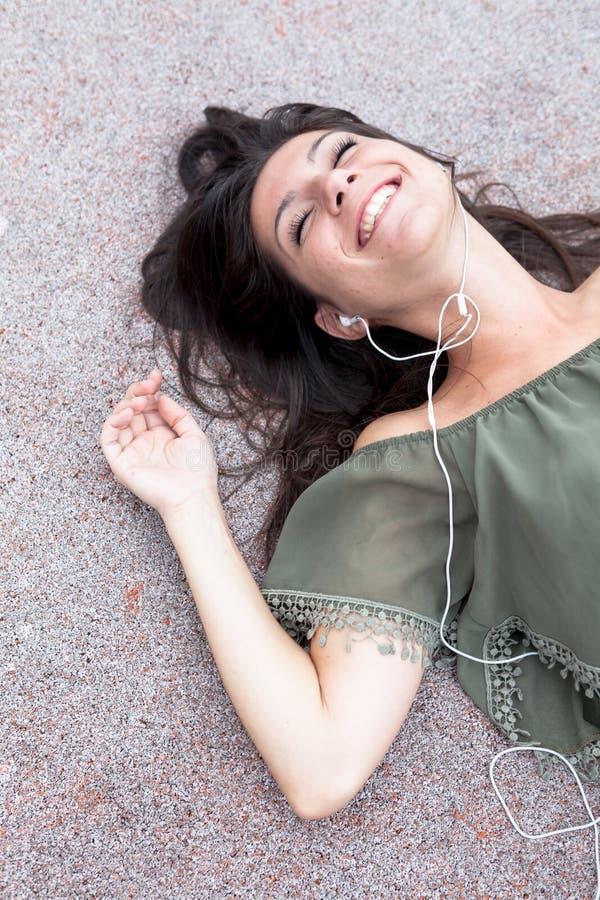 Portrait de jeune fille écoutant la musique photos libres de droits