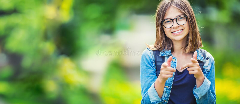 Portrait de jeune fille adolescente attirante d'école avec le sac à dos images libres de droits