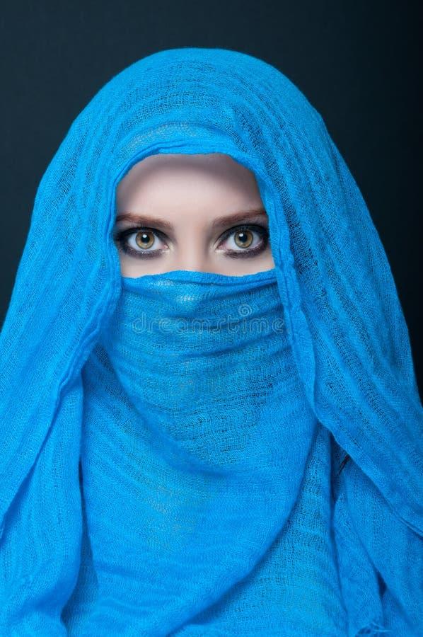 Portrait de jeune fille avec le burka arabe photos stock