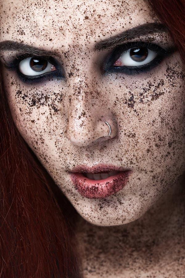 Portrait de jeune fille avec le cafè de cheveu et moulu rouge sur le visage Photo avec le maquillage d'art Femme mûre faisant le  photos libres de droits