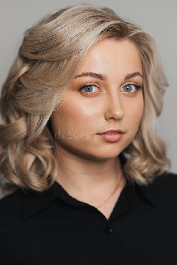 Portrait de jeune fille blonde caucasienne avec le maquillage nu image stock
