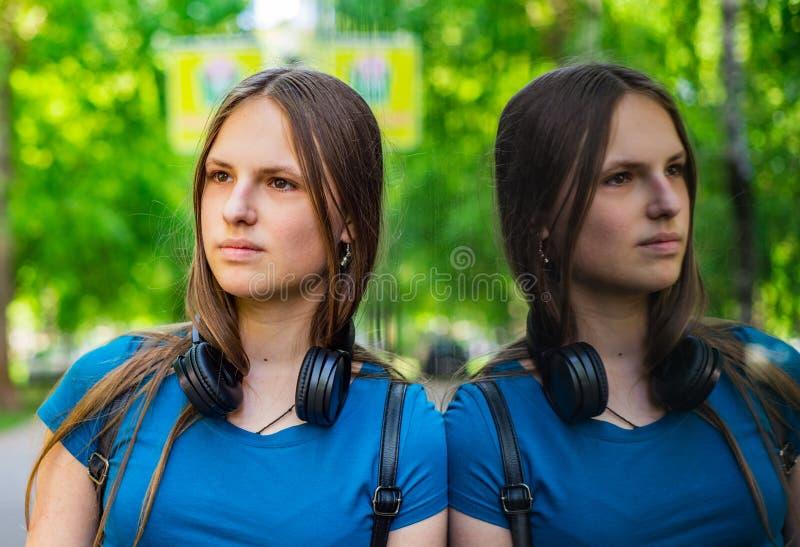 Portrait de jeune fille de brune d'adolescent avec de longs cheveux un milieu urbain d'un entrepôt, d'une femme et d'une réflexio images libres de droits