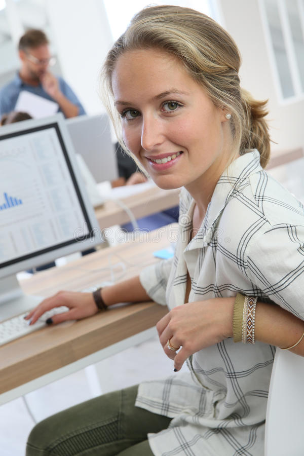 Portrait de jeune fille d'étudiants devant l'ordinateur photographie stock libre de droits