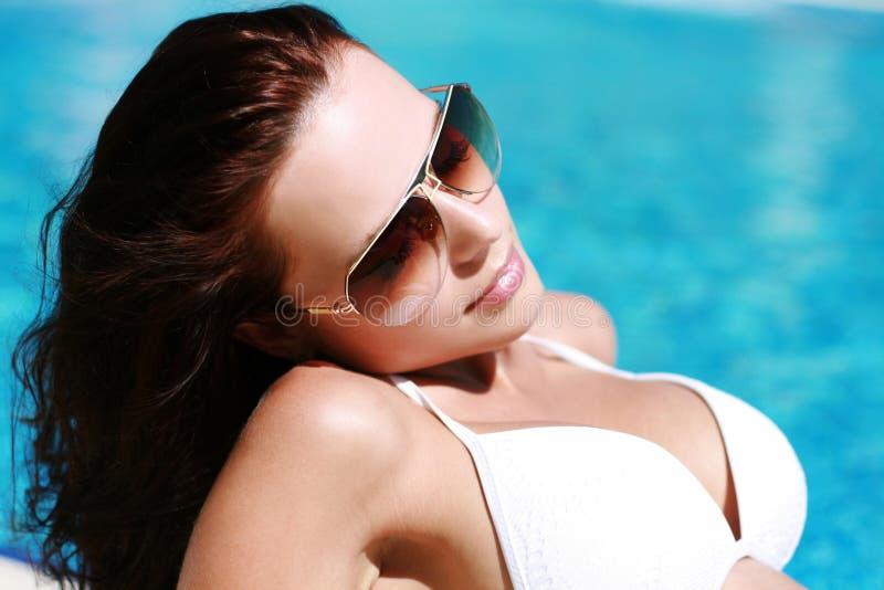 Portrait de jeune fille dans le maillot de bain photo stock