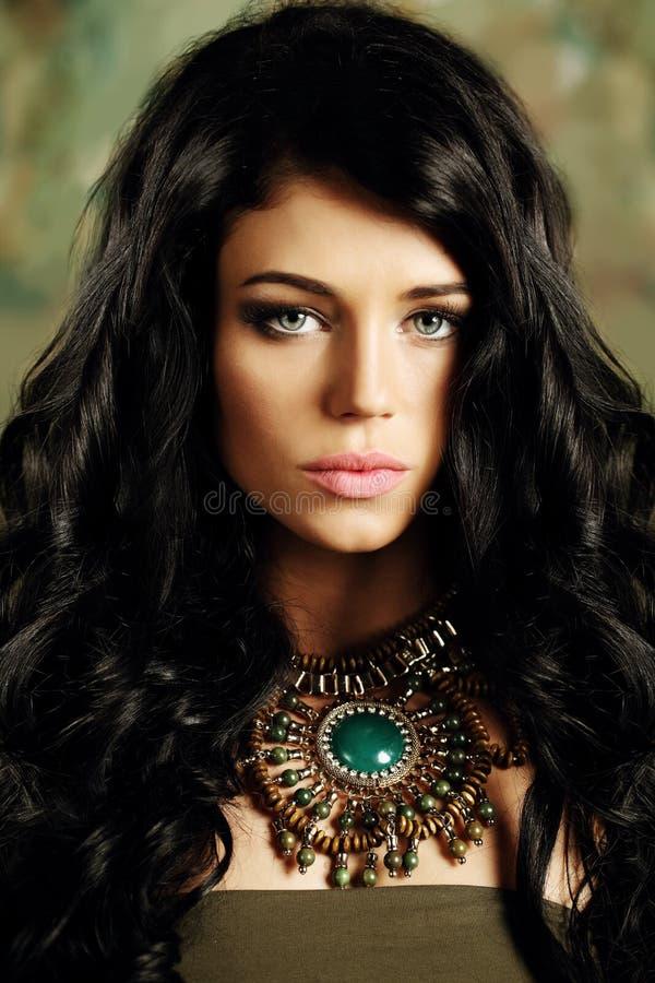Portrait de jeune fille de brune avec de longs cheveux photographie stock