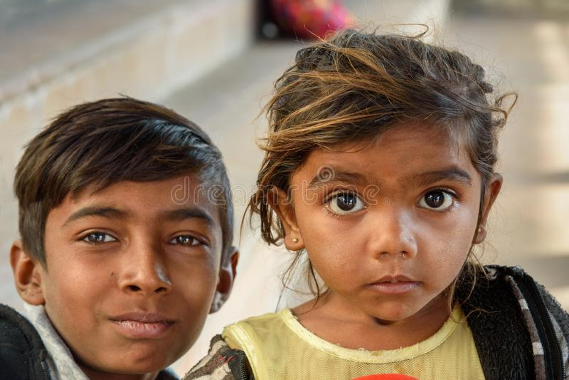 Portrait de jeune fille et de garçon indiens au lac Pushkar au Ràjasthàn l'Inde image libre de droits