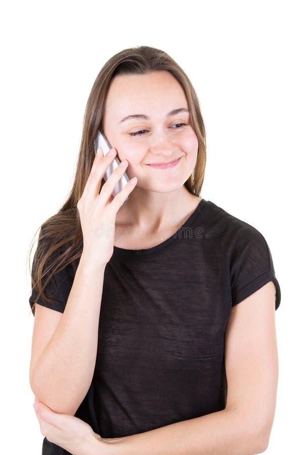 Portrait de jeune fille heureuse avec de longs cheveux dans le téléphone photos libres de droits