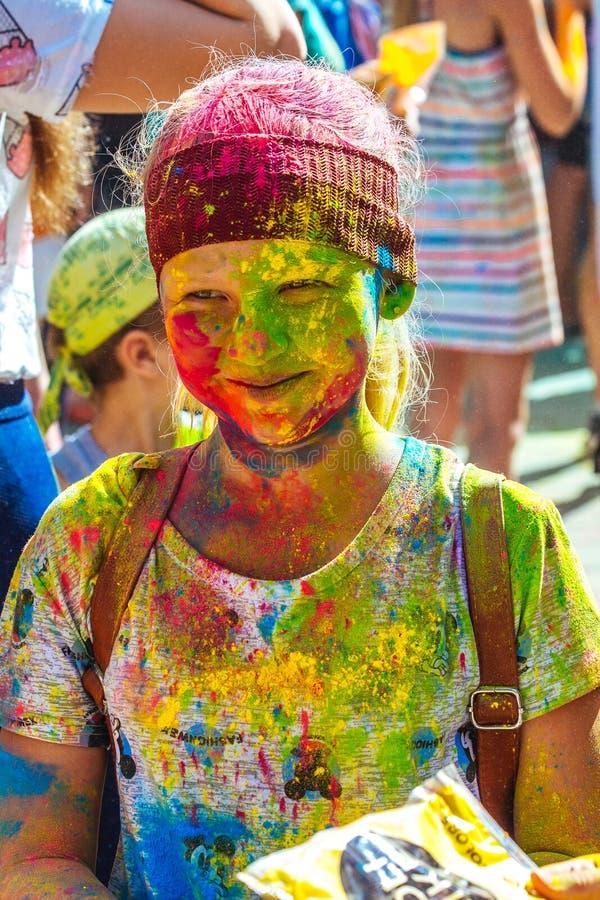 Portrait de jeune fille heureuse sur le festival de couleur de holi photo libre de droits