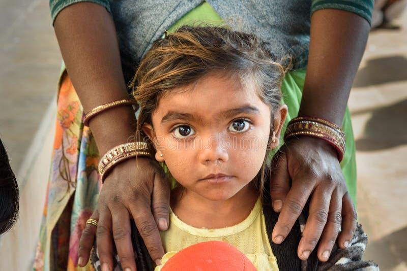 Portrait de jeune fille indienne au lac Pushkar au Ràjasthàn l'Inde image stock