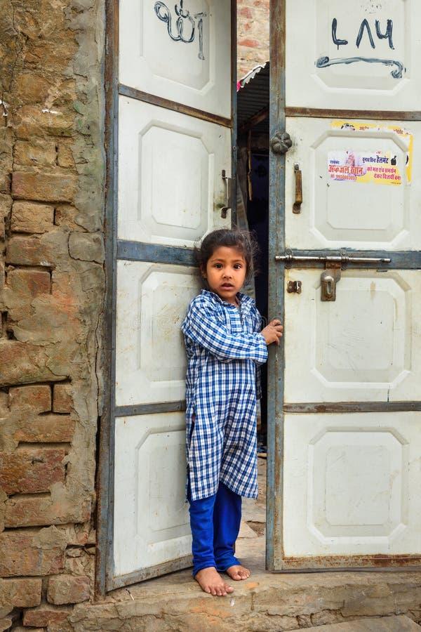 Portrait de jeune fille indienne pr?s des portes dans le village ambre Rajasthan l'Inde image libre de droits