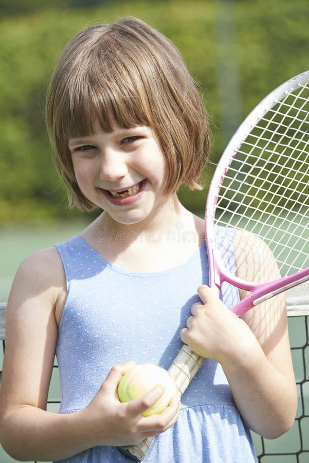 Portrait de jeune fille jouant le tennis photos stock