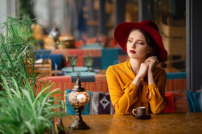 Portrait de jeune fille sensuelle photo stock