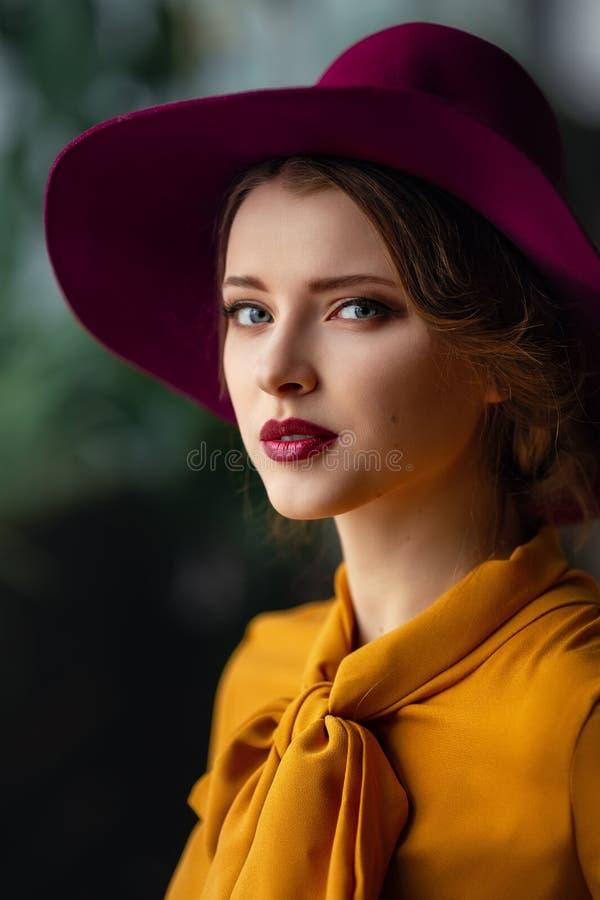 Portrait de jeune fille sensuelle photographie stock