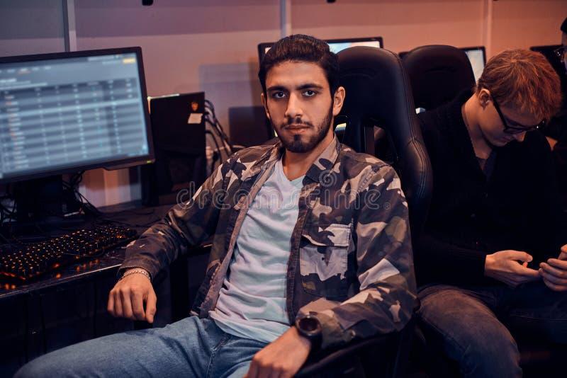 Portrait de jeune gamer au cyberclub occupé photo libre de droits