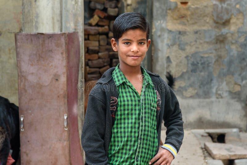 Portrait de jeune garçon indien sur la rue dans Bikaner Rajasthan l'Inde photos libres de droits