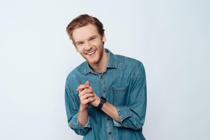 Portrait de jeune Guy Laughing barbu attirant photos stock